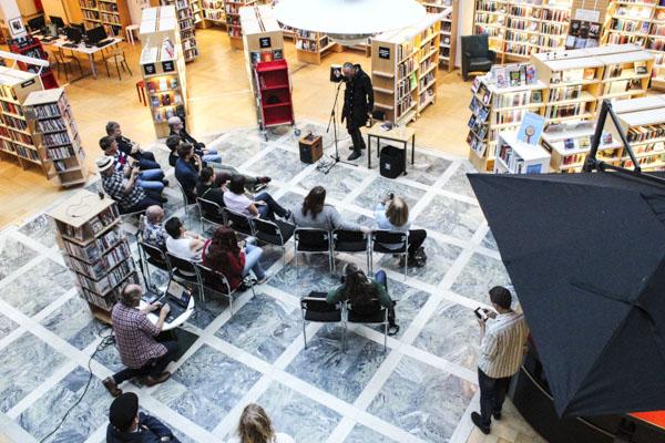 Performancepoeten, anarkisten och dadaisten Zurab Rtveliashvili underhåll på biblioteket i Tranås. Foto: Peter Nyberg.