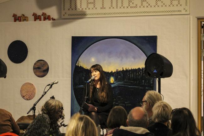 Lina-Ottilia Karlssons ställde ut sina stämningsmättade tavlor på Matmekka. Foto: Peter Nyberg.