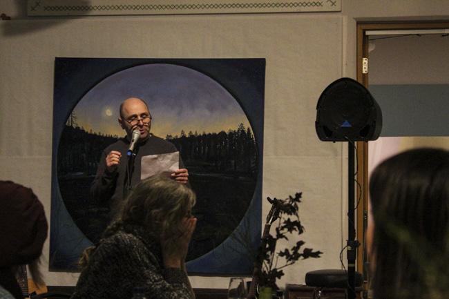 Henry Bronett inledde säsongens sista Ordet i Centrum med en dikt om ords flyktighet. Foto: Peter Nyberg.