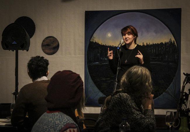 Tess Rikardsson framförde nervrika dikter om identitet, sexualitet och närhet. Foto: Peter Nyberg.