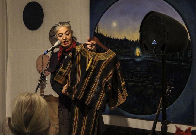 Muséepedagogen Juliana Gristelli undervisade om klädesplagg från Etnografiska museets samlingar. Foto: Peter Nyberg.