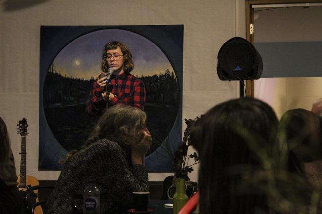 Ellionore Dahlstrand läste poesi om vardag och närhet på svenska och engelska. Foto: Peter Nyberg.